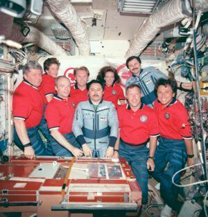 Společné foto posádek EO-25 a STS-91