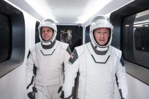Vlevo Robert Behnken, vpravo Douglas Hurley - posádka mise DM-2.