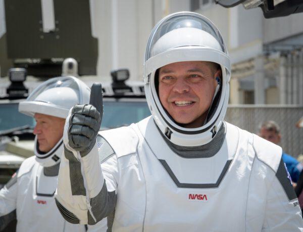 Posádka během přesunu k Astro Teslám, které je dopravily na rampu