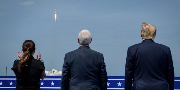 Americký prezident Donald Trump a viceprezident Mike Penc sledují start Falconu 9 s lodí Crew Dragon