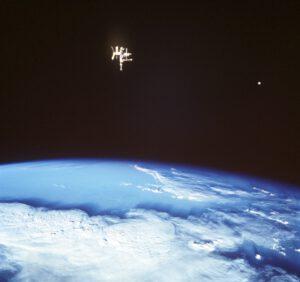 Konec jedné éry - američtí astronauté naposledy vidí vzdalující se Mir...