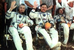 Posádka Sojuzu TM-27 po přistání