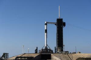Falcon 9 pro misi DM-2 čeká na startovní rampě.