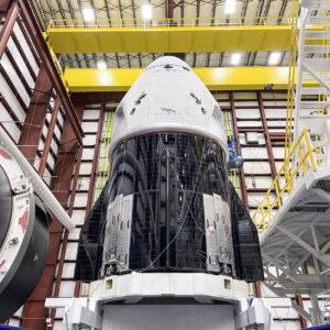 Crew Dragon pro misi DM-2 před připojením k raketě Falcon 9.