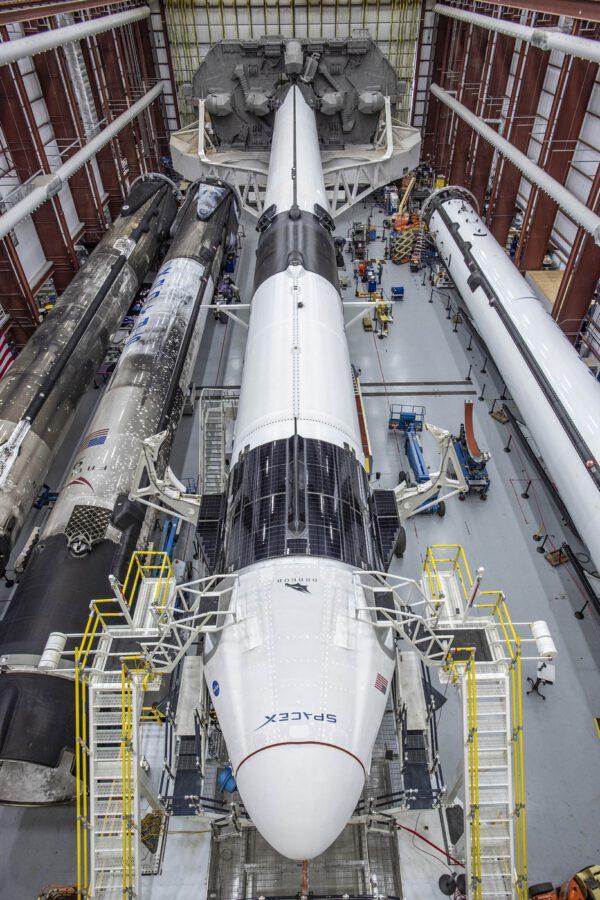 Falcon 9 a Crew Dragon v hangáru HIF