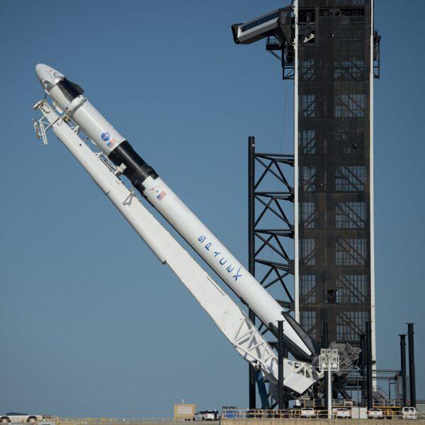 Falcon 9 při vztyčování na rampě