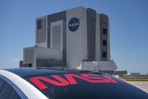 Polep vozidel, které budou vozit astronauty lodí Crew Dragon