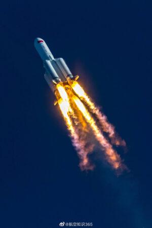 Premiérový start rakety Dlouhý pochod 5B