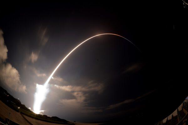 Časosběrný snímek ze startu posledního exempláře rakety H-IIB s posledním exemplářem lodi HTV