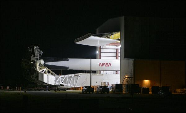 Falcon 9 při vývozu z hangáru HIF