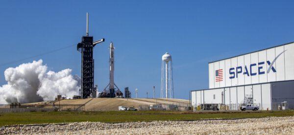 Statický zážeh Falconu 9 s lodí Crew Dragon