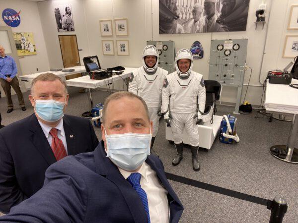 Pěkné selfie administrátora NASA s posádkou již připravenou ve skafandrech