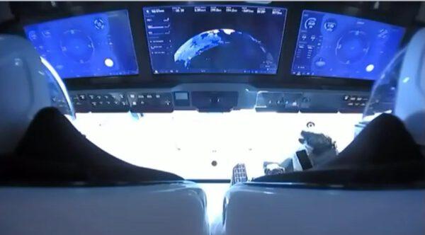 Pohled do interiéru Crew Dragonu během letu