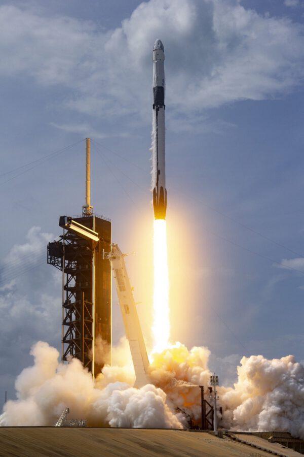 Historický start Falconu 9 s pilotovanou lodí Crew Dragon na misi DM-2