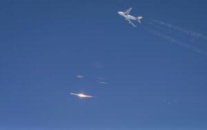 Snímek rakety LauncherOne po odhození od Boeingu 747.