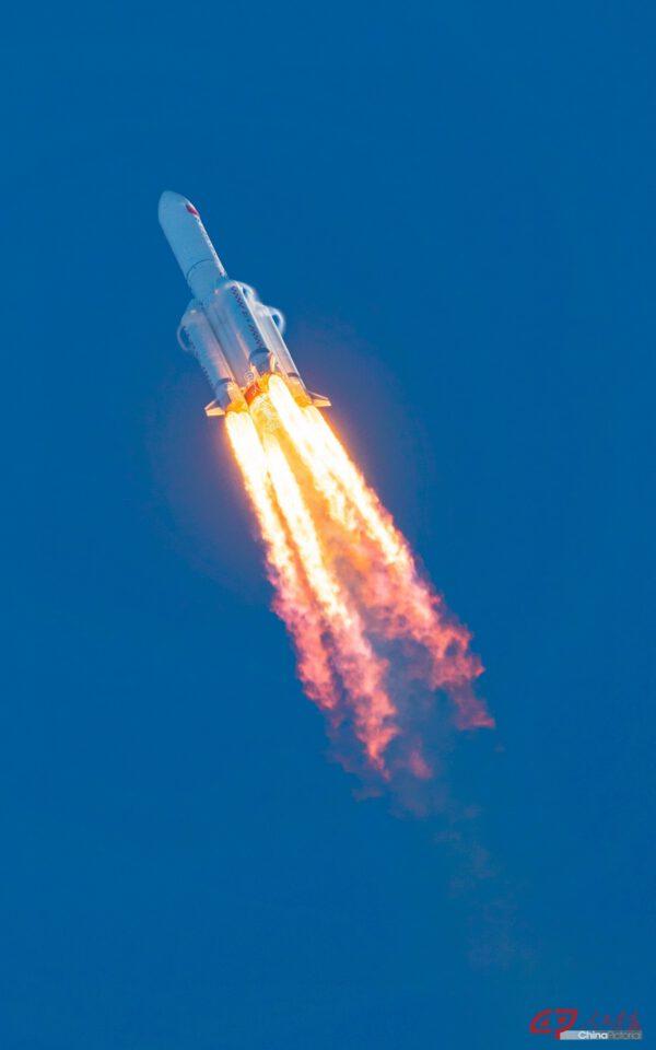 Start čínské rakety CZ-5B