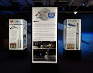 Informační panely o současnosti a budoucnosti kosmonautiky na výstavě Cosmos Discovery 2020 v Praze