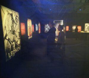 Pohled přes průsvitný obraz na výstavě Cosmos Discovery v Praze 2020
