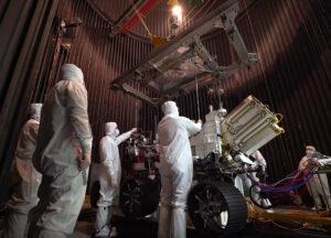 Rover Perseverance ve vakuové komoře.