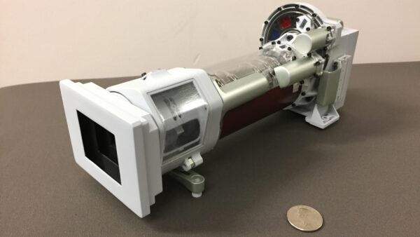 3D vytištěný model Mastcam-Z. Skutečná kamera roveru Perseverance má čočky umožňující zoom 3:1.