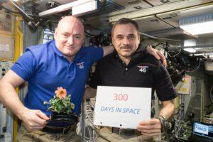 Scott Kelly a Michail Kornijenko oslavují 300 dní nonstop na oběžné dráze.