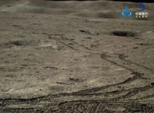 Stopy Nefritového králíka 2 na povrchu odvrácené strany Měsíce