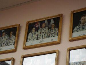 Fotografie posádky dodnes zdobí stěnu v místnosti ploščadky 254, kde probíhají poslední zkoušky skafandrů.