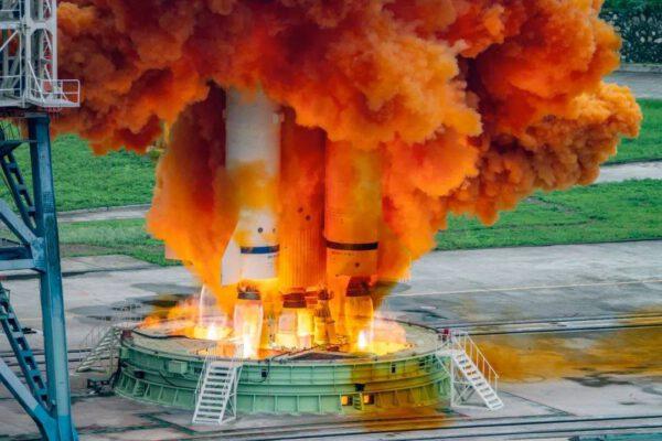 Typický oranžový mrak samozážehových pohonných látek provázel i start poslední družice Beidou.