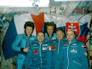 Pětice kosmonautů v základním modulu Miru