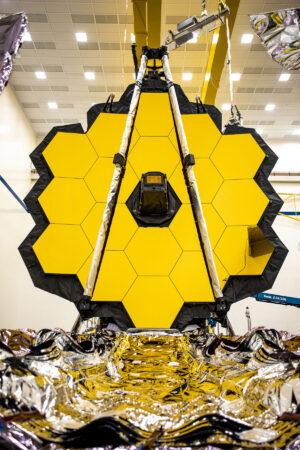 Horní část se zrcadly odděluje od spodní části se slunečním štítem právě Deployable Tower Assembly - konstrukce schopná natáhnout se o 1,2 metru.