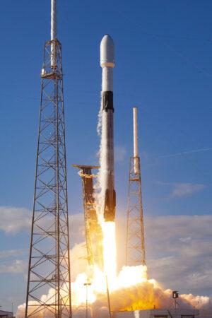 Stupeň B1051 při startu v lednu 2020 se třetí várkou ostrých družic Starlink.