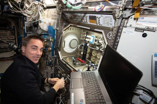 Chris Cassidy během práce na ISS.