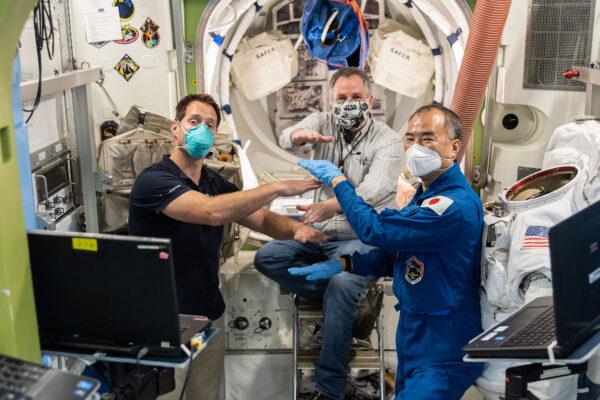 """Setkal jsem se se Sojčim z Japonska a Reganem, naším instruktorem od NASA pro trénink výstupů do volného prostoru na Johnsonově středisku. Ale co si myslíte, že děláme na fotce? Povolené jsou pouze """"špatné"""" odpovědi."""