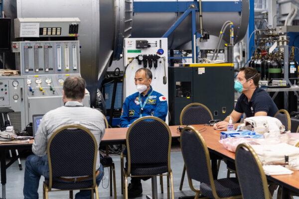 Prošli jsme si, jak udržovat americké skafandry označované v kosmickém žargonu jako EMU (Extravehicular Mobility Units). V podstatě malé skafandry samy o sobě vyžadují docela dost technických znalostí, abyste je mohli udržovat - od elektřiny (světla helmy!) a rádiové komunikace, přes kontrolu úniků, až po chladicí a topný systém - vše musí být v perfektním stavu, aby nás skafandr udržel naživu, když vystoupíme mimo vesmírnou stanici!
