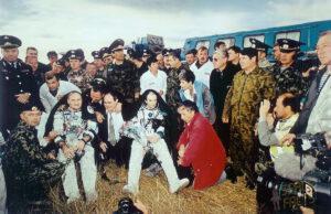 Afanasjev a Haigneré po přitání (Avdějev vlevo mimo záběr).