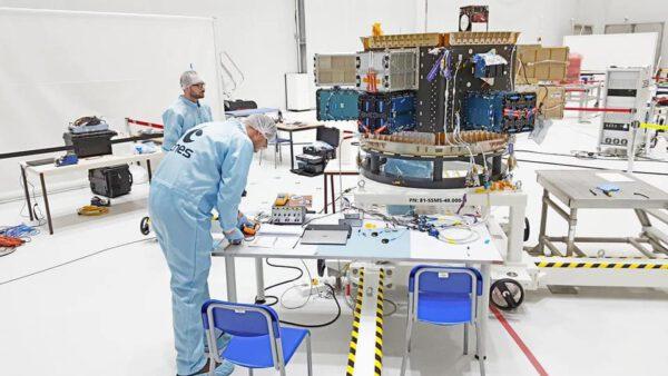 Příprava dispenseru SSMS rakety Vega.