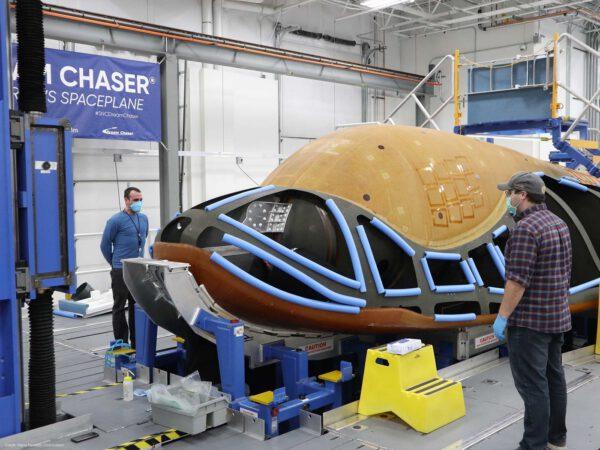 Kompozitní skelet raketoplánu Dream Chaser s připojeným přistávacím zařízením