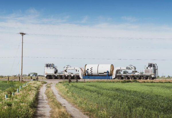 Manipulace s pohonnými látkami naplněným segmentem motoru SRB pro první raketu SLS.
