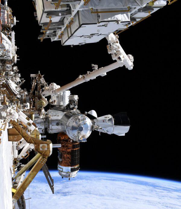 Pohled na připojený Crew Dragon a loď HTV-9