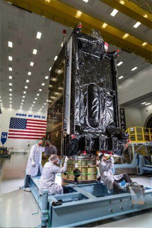 Navigační družice GPSIII-SV03 přezdívaná Columbus ve výrobní hale firmy Lockheed Martin.