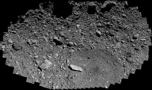 Mozaika 347 snímků kamery pOlyCam, které byly pořízeny 26. května během průletu sondy OSIRIS-REx ve vzdálenosti 250 metrů nad záložní odběrnou lokalitou Osprey.