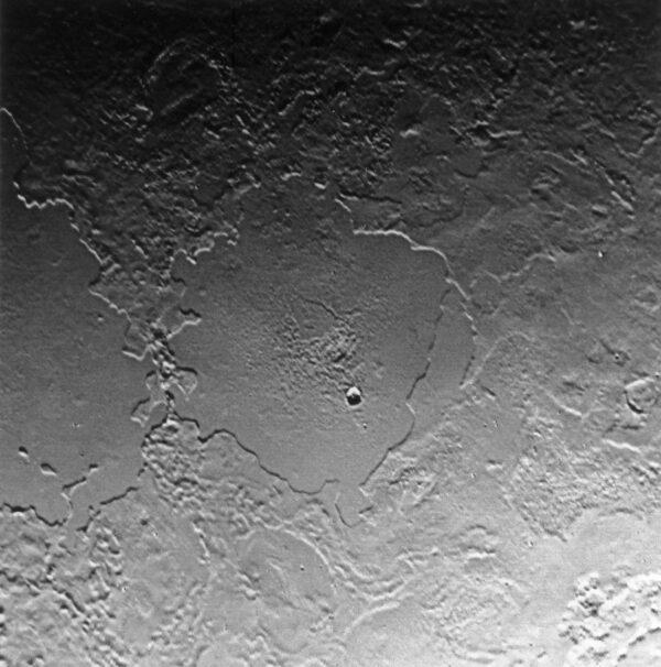 Snímek Tritonu pořízený Voyagerem 2 zachycuje oblast širokou 500 km.
