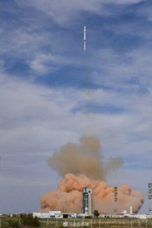 Start rakety Dlouhý pochod 2D se snímkovací družicí Gaofen 9-02 a malou družicí HEAD 4 pro sledování letadel a lodí.