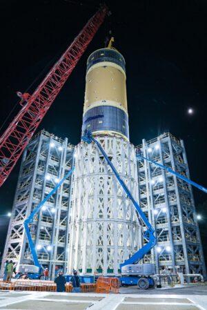 Usazování testovací kyslíkové nádrže do konstrukce pro strukturální zkoušky.