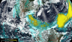 Žlute vidíte velký oblak jemného prachu a písku ze Sahary, jak se šíří přes Atlantický oceán