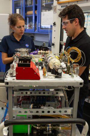 Annie Meier a Jamie Toro u testovacího prototypu zařízení OSCAR.