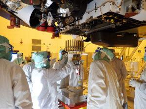 Instalace 39 odběrných trubic do roveru Perseverance.