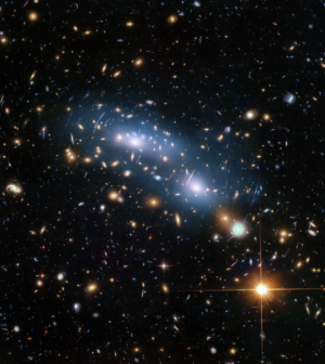Toto je jeden ze šesti klastrů galaxií studovaných programem Hubble Frontier Fields, který vytvořil nejvzdálenější pohledy skrz gravitační čočky. Na snímku je klaster MACS J0416.