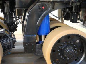Jeden pár kol tvoří samostatnou jednotku, kterou lze nezávisle ovládat pomocí elektromotoru. U každého páru najdeme i hydraulický systém, který se stará o zdvih. Na obrázku jde o modrou část.
