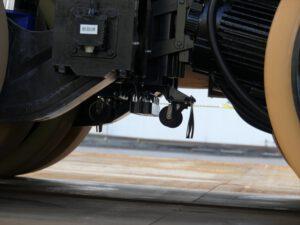 Magnetický senzor během jízdy sjíždí k vozovce, kde se nachází pruh se zabudovaným magnetem.